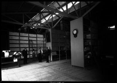Hombres en un almacén de papelería oficial, del Dapartamento Central