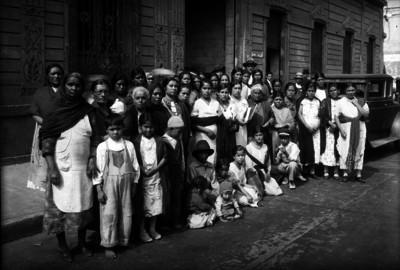 Trabajadoras y niños en una calle, retrato de grupo