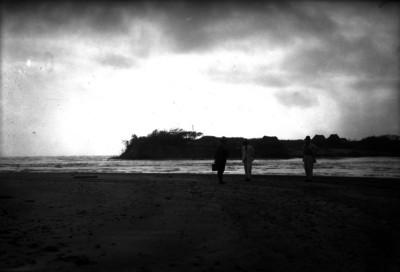 Norberto Domínguez y otros hombres en la playa