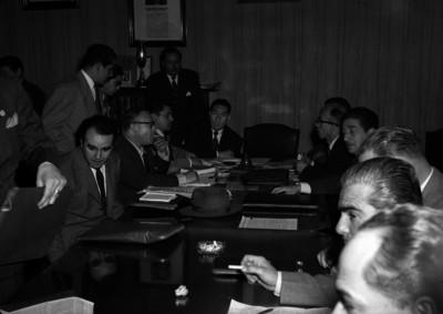Funcionario y líderes de Teléfonos de México discutiendo y revisando documentos durante la huelga