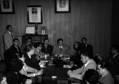 Manuel Ramírez Vázquez y ejecutivos de Teléfonos de México discutiendo sobre la huelga