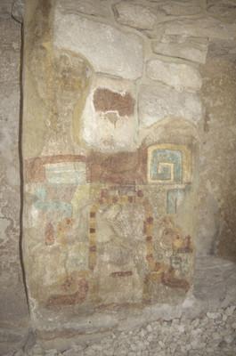 Paneles pintados con la representación de las fauces de una serpiente