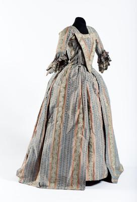 Vestido compuesto por bata, peto y brial o falda