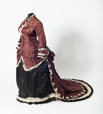 Vestido formado por chaqueta con cauda y falda
