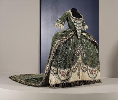 Vestido compuesto por jubón, peto, brial o falda y cauda