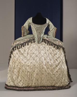 Vestido compuesto por jubón, peto, falda y cauda