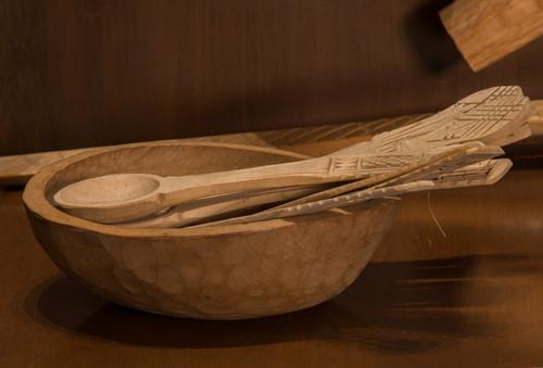 Cucharas, cuchillos y tenedores de madera labrada y grabada