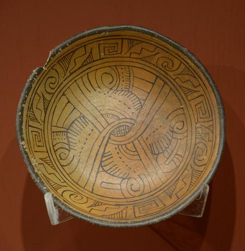 Plato con el símbolo calendárico ollin