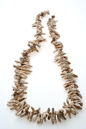 Collar con pendientes en forma de colmillo