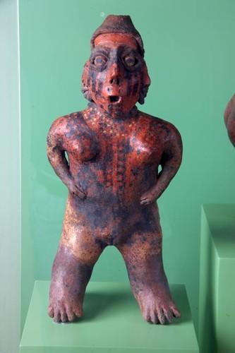 Figura femenina con gorro cónico