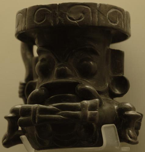 Figurilla de Tláloc con símbolo de trapecio y rayo