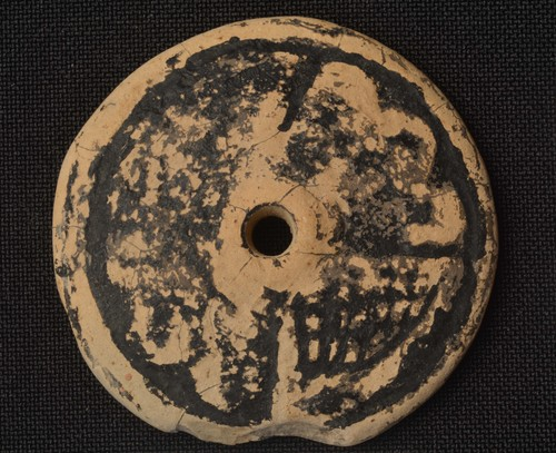 Malacate cónico con diseños geométricos pintados de chapopote