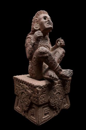 Escultura Xochipilli y Trono (Vista lateral)