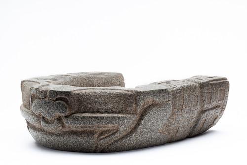 Yugo con relieve de la deidad de la tierra