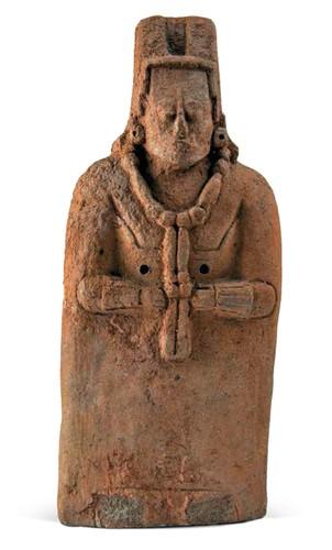 Figurilla de mujer con larga túnica y collar