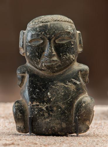Escultura en alto relieve antropomorfa sedente, miniatura