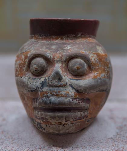 Vaso en forma de cráneo con decoración policroma laca