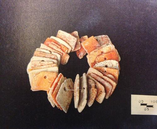 Sartal de 38 placas de coral