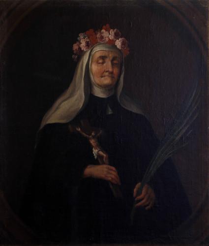 Religiosa con corona de flores y crucifijo
