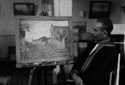 Alberto Chavez contemplando su obra