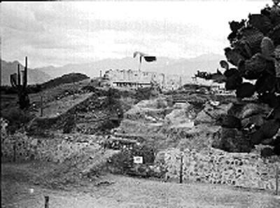 Vista parcial del edifico piramidal en excavación de Lambityeco