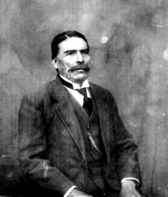 Hombre retratado en un estudio fotográfico