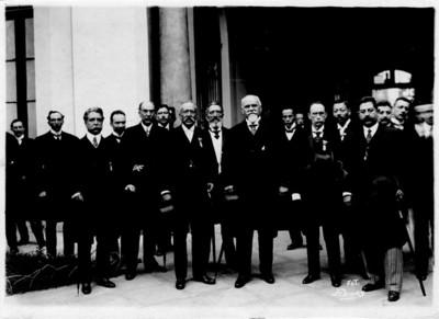 Justo Sierra acompañado de funcionarios afuera de un edificio, retrato de grupo
