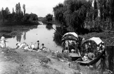 Mujeres lavando a las orillas