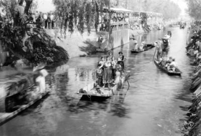 Mujeres cantantes sobre trajineras en el lago de Xochimilco