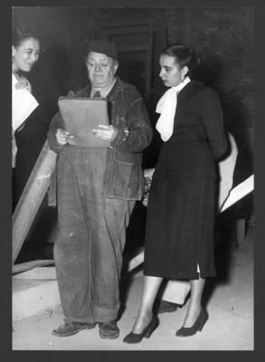 Diego Rivera acompañado de su hija Ruth