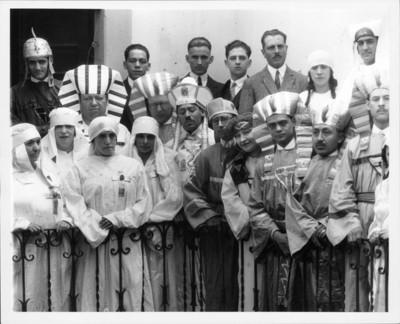 Diego Rivera y amigos disfrazados de egipcios