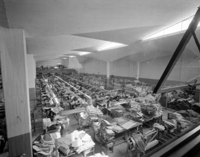 Instalaciones de una fábrica textil, interior, vista general