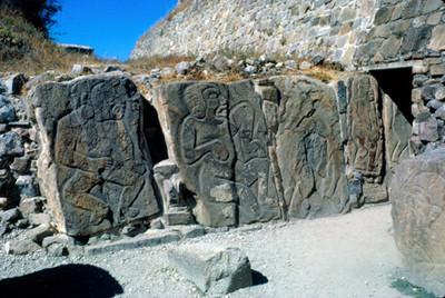 Estelas labradas en Monte Alban, edificio de los danzantes