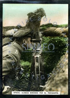 Oficial alemán mirando por el periscopio