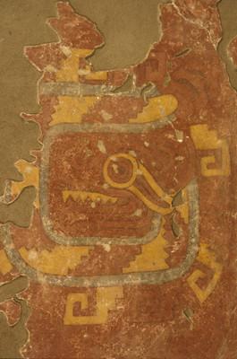 Serpiente en espiral enmarcada por diseño de greca escalonada