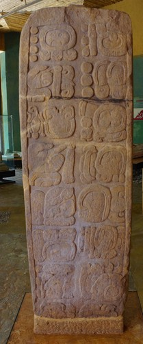 Estela con inscripción glífica