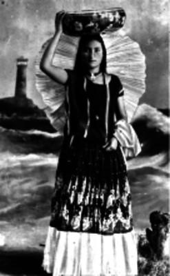 Mujer tehuana vistiendo traje tipico, retrato