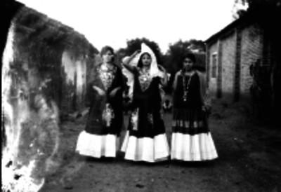 Mujeres tehuanas en una calle, retrato de grupo