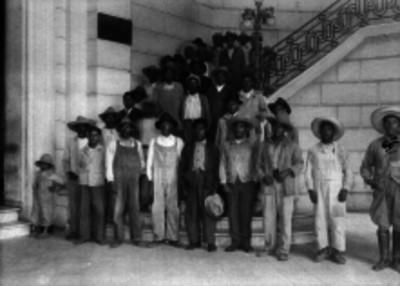 Campesinos y trabajadores en las escaleras de un edificio