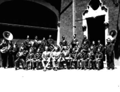 Alfonso Prani, doctor, y miembros de una orquesta en un patio, retrato de grupo