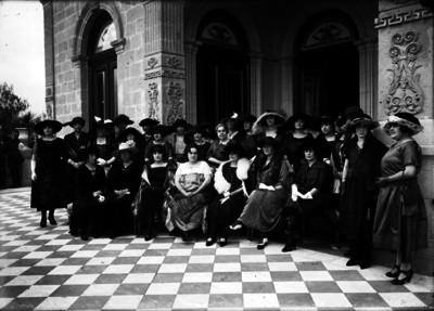 María Tapia de Obregón y mujeres en el Alcázar de Chapultepec, retrato de grupo