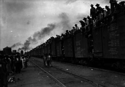 Tropas constitucionalistas avanzan en un ferrocarril