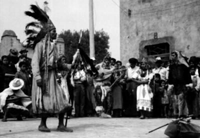 Indígenas presentando una danza en una calle