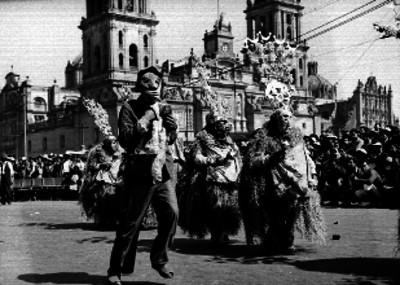 Danzantes Tlacoleros en la plaza de la Constitución