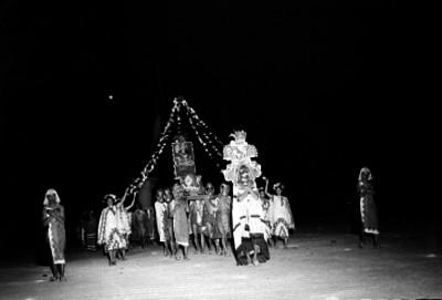 Bailarines realizando una danza prehispánica