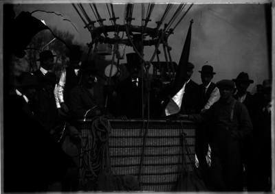 Joaquín de la Cantolla, Alberto Braniff y Jules Dubois abordan el globo para volar sobre el Valle de México