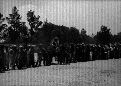 Hombres representando las tropas conservadoras en la fiesta del 5 de mayo escenificada en el Peñón de los Baños