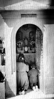 Capilla en la tumba de la familia Barrera Sánchez el día de muertos