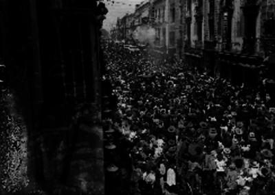 Calle abarrotada de gente durante la quema de un judas
