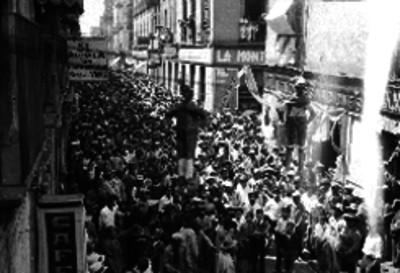 Multitud observa figuras colgadas de judas en una calle de la Cd. de México